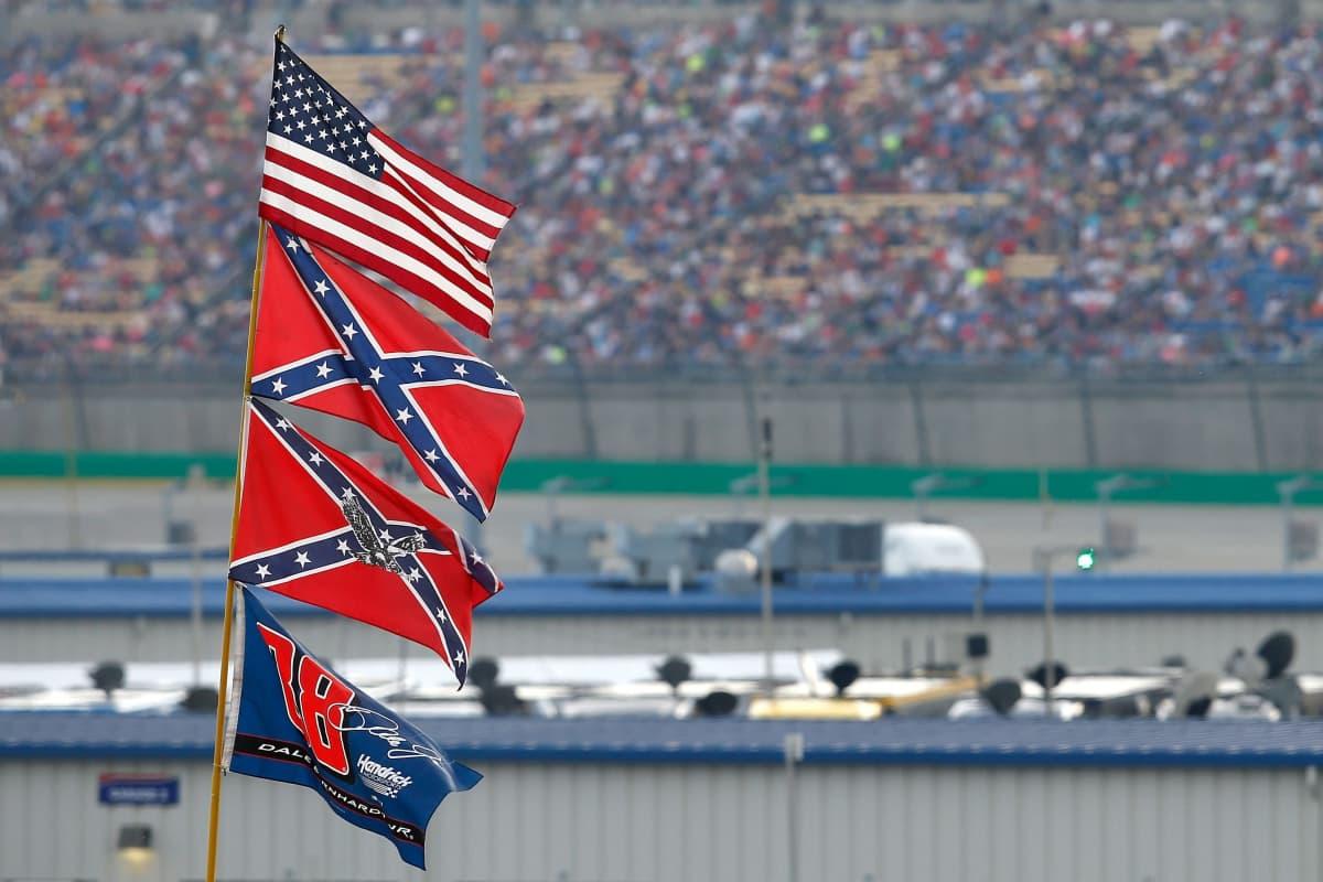 USA:s och sydstaternas flagga på Nascar-tävling 2015.