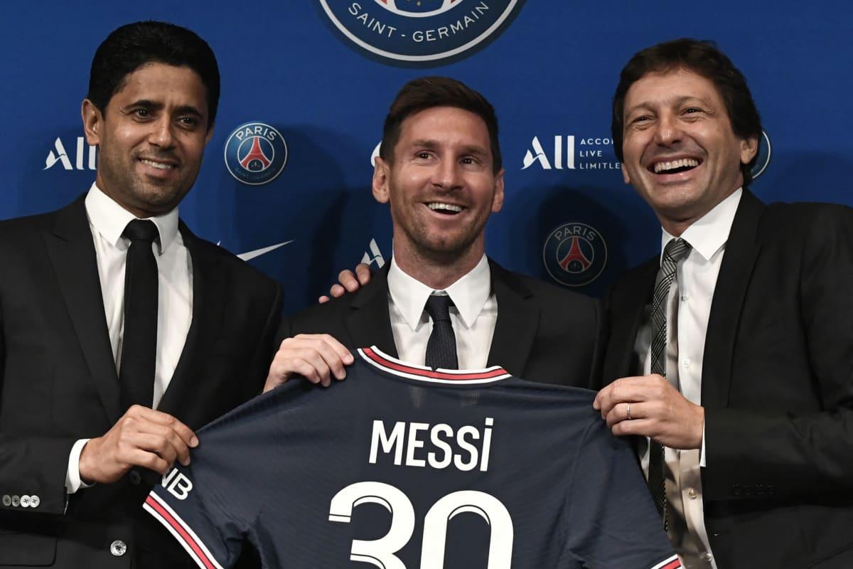 PSG:n preditentti Nasser Al-Khelaifi, uusi pelaaja Lionel Messi ja urheilujohtaja Leonardo Araújo.