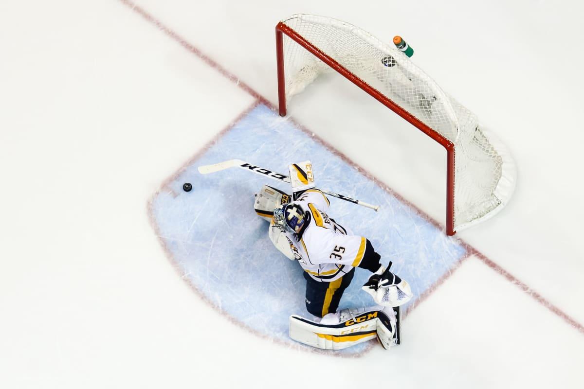Pekka Rinne torjuu laukauksen.