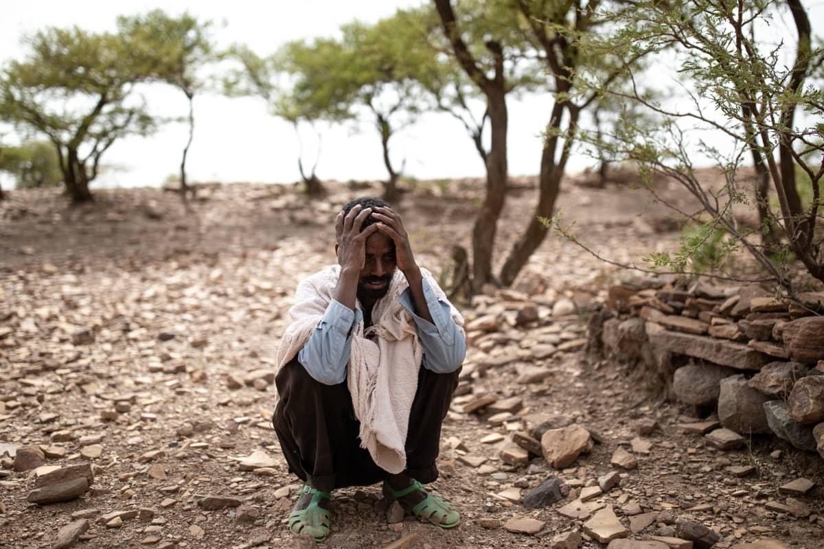 Abraham Gebreanenya istuu paikassa, josta hän löysi koko perheensä surmattuna.