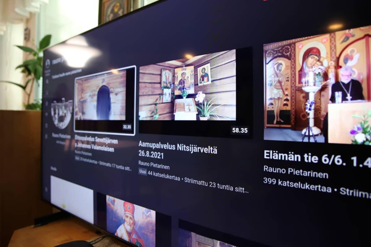 Älytelevision näytöllä ortodoksisen seurakunnan striimattuja jumalanpalveluksia