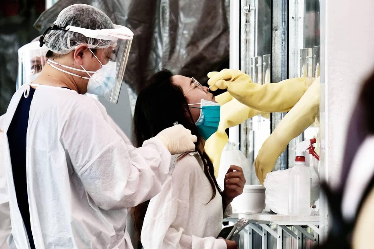 Naiselta oetaan nenä-nielunäytettä Taipeissa.