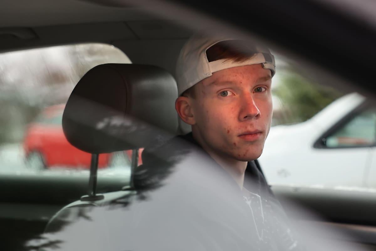 Kokkolalainen Ville Kotilainen istuu autossaan.