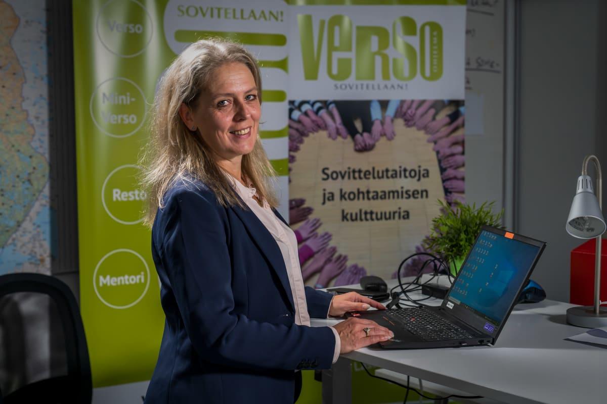 Naapuruussovittelun keskuksen päällikkö Pia Slögs katsoo kameraan