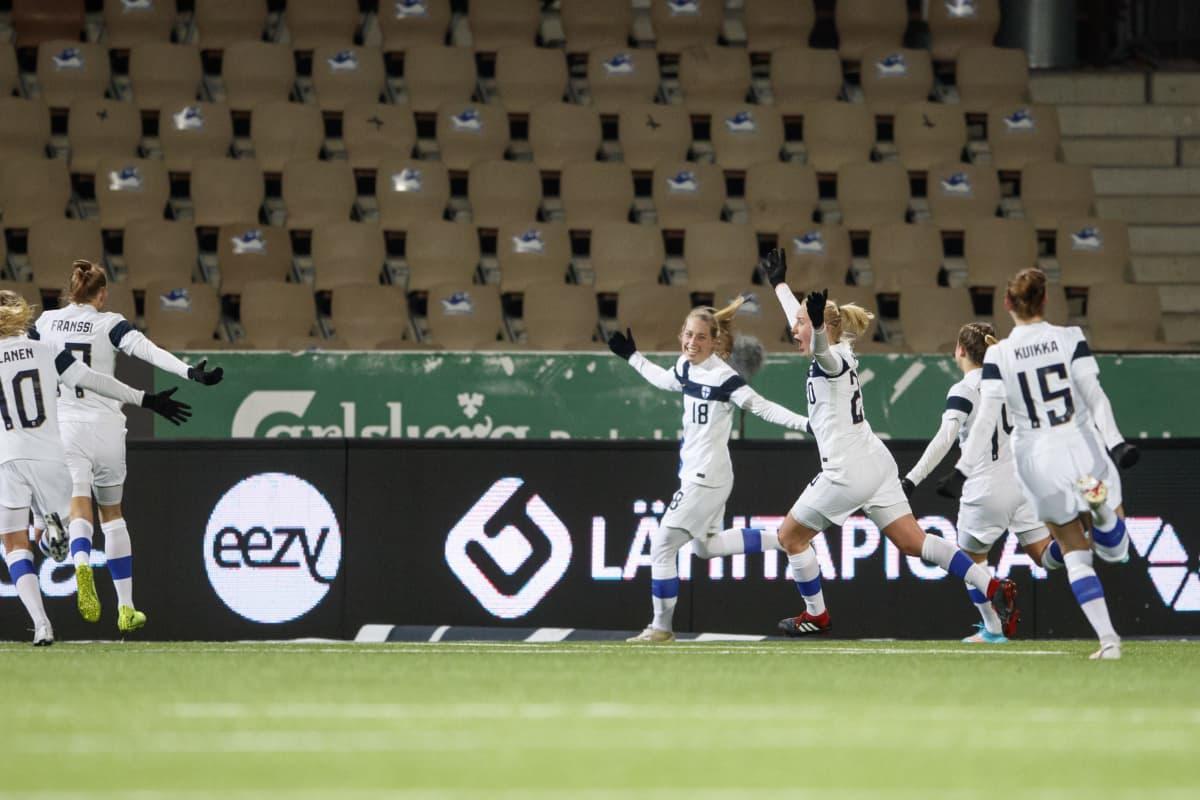 Linda Sällström #18, FIN tekee ottelun voittomaalin lisäajalla Jalkapallon EM-karsintaottelussa Suomi vs. Portugali, Bolt Areena, Helsinki 19.2.2021, klo 20.05.37.