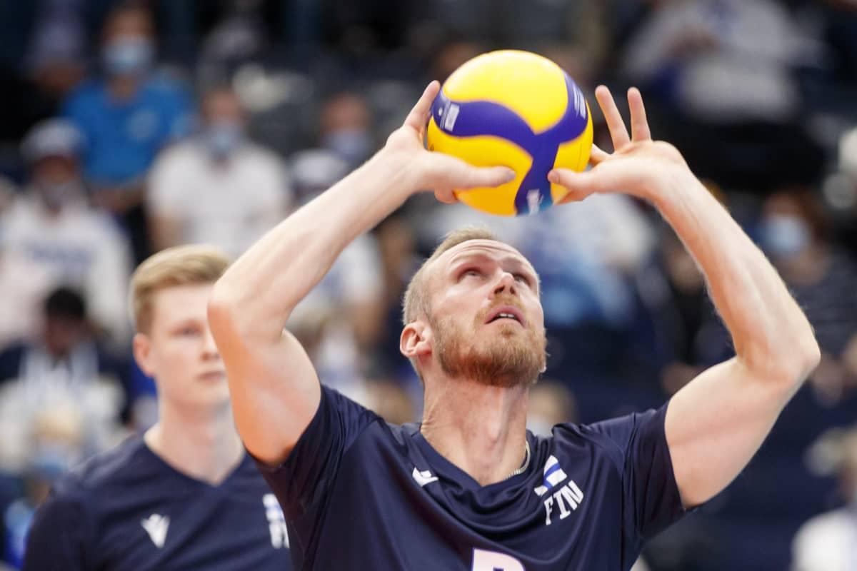 Mikko Esko lämmittelee pallon kanssa.