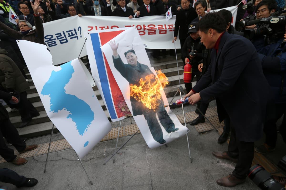 Eteläkorealaiset mielenosoittajat polttivat Kim Jong-unin kuvan maanantaina.