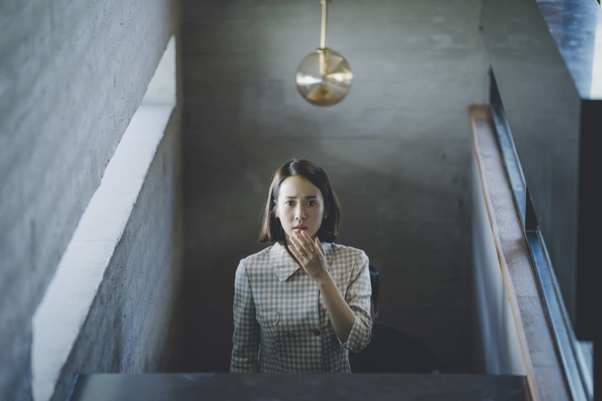 nainen seisoo huoneessa