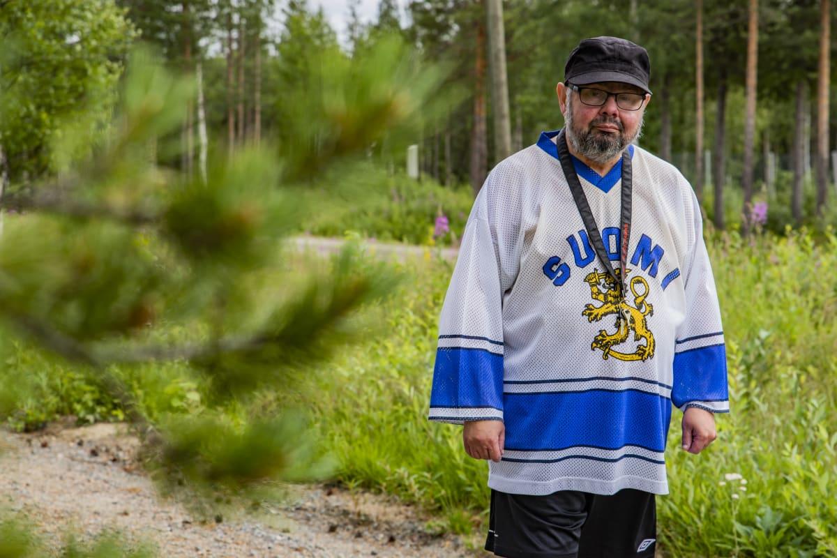 Ilkka Koskikara oman asuntonsa pihalla.