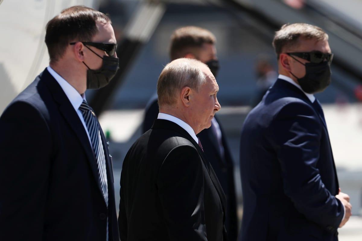 Turvamiehet ympäröivät Venäjän presidentti Vladimir Putinia Geneven lentokentällä 16. kesäkuuta 2021.