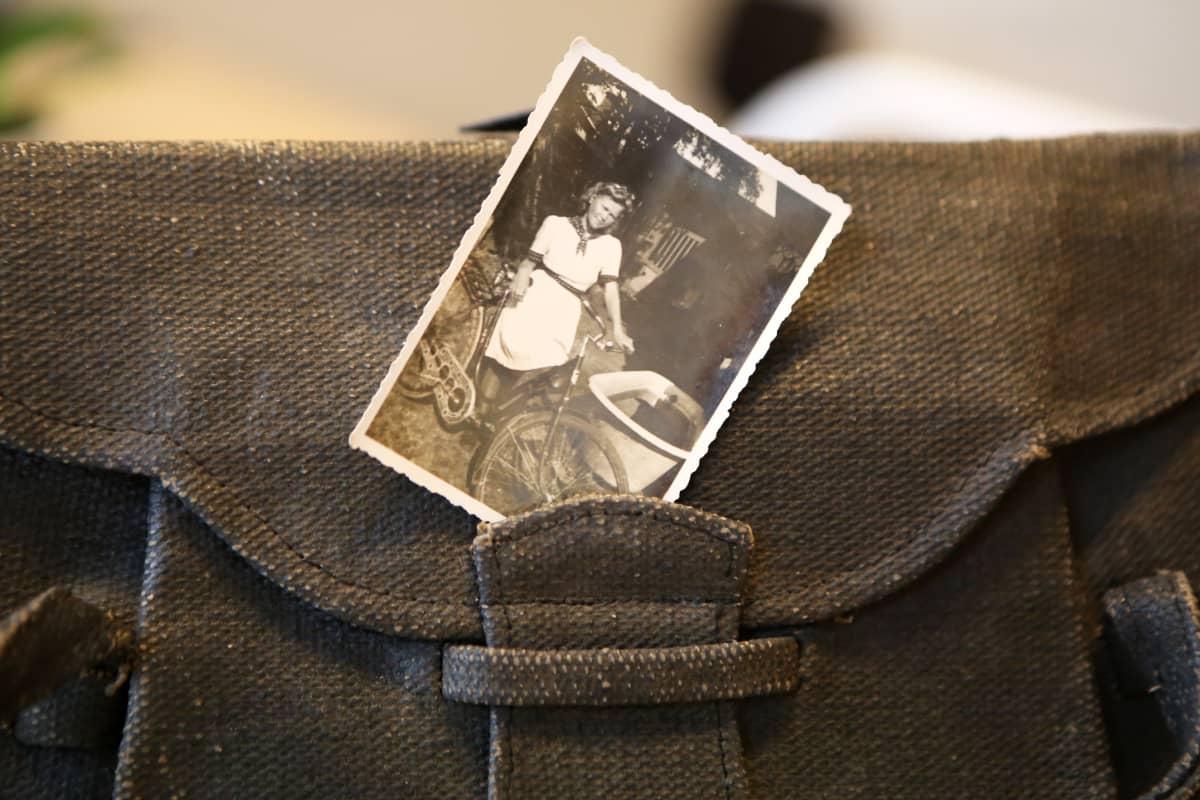 Eevi Jäppinen käsilaukkunsa kanssa.