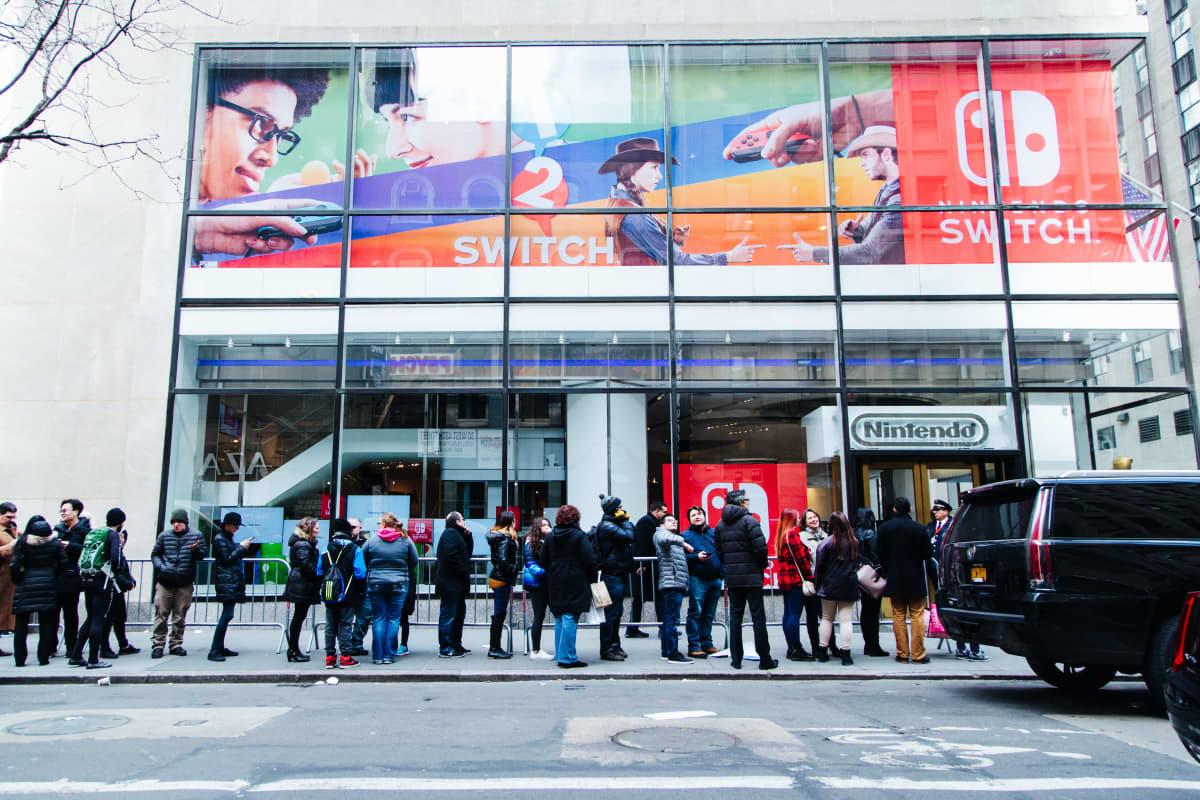 Ihmiset odottavat jonossa Nintendo kaupan ulkopuolella Manhattanilla, New Yorkissa.