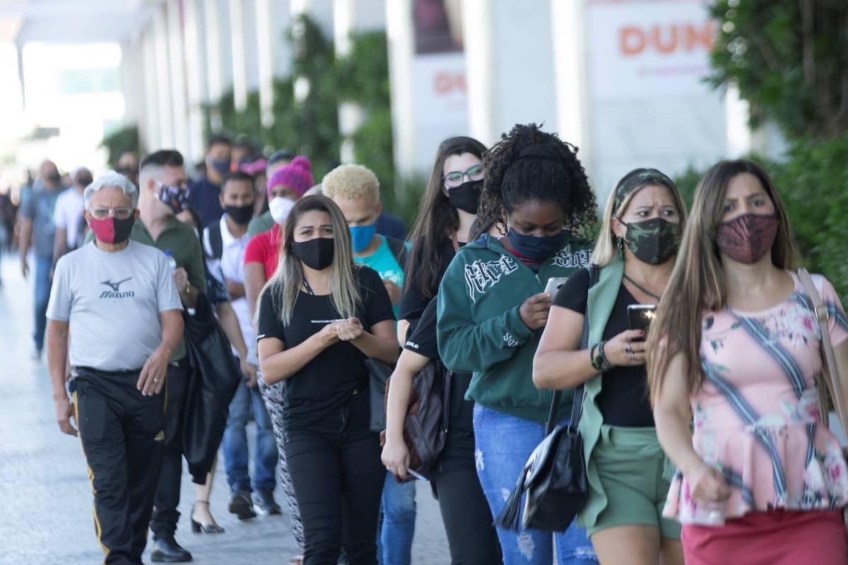 Ihmisiä jonottaa ostoskeskukseen Brasílian kaupungissa 27. toukokuuta.