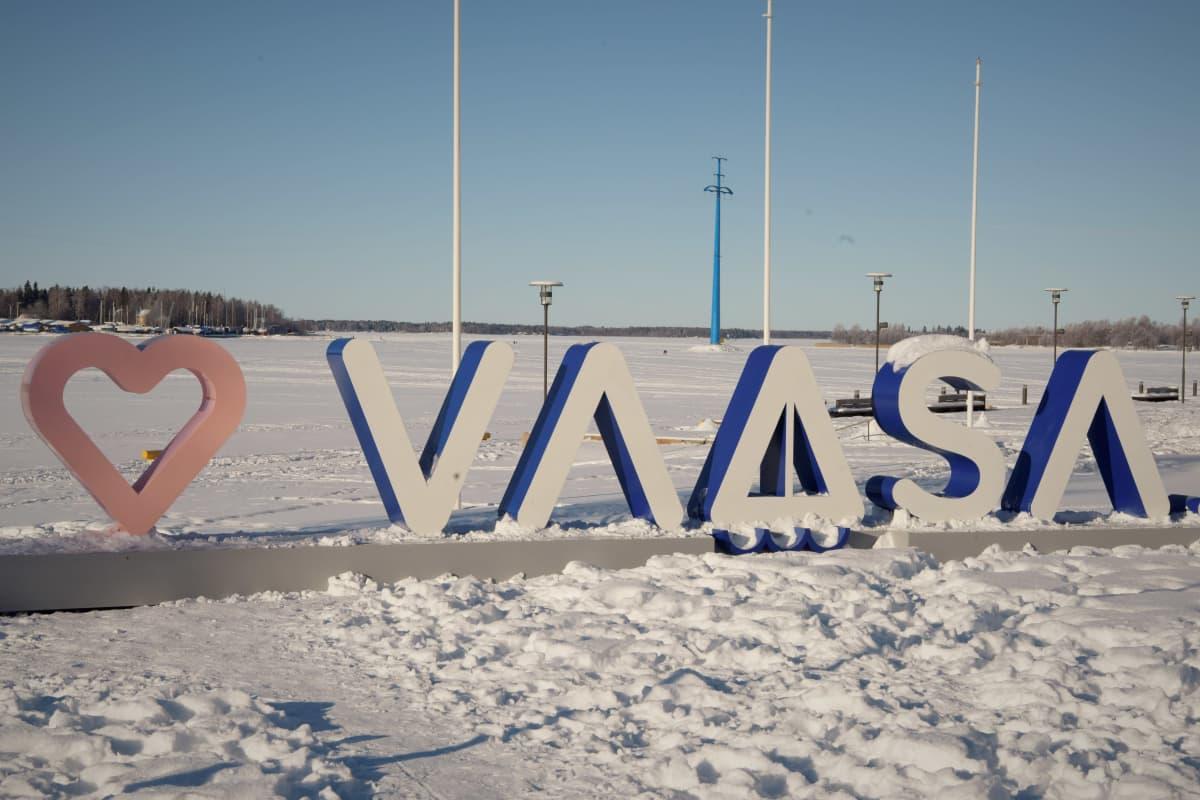 Vasa stads logo ute i vintrigt landskap vid Inre hamnen.
