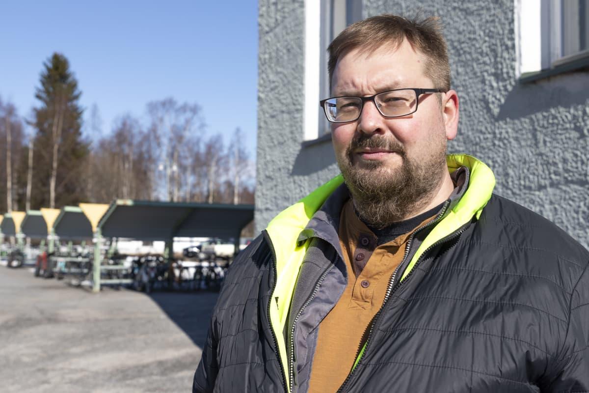 Kemiläinen Aki Ojala on huolissaan Karihaaran koulun vieressä olevasta tietyömaasta ja kasvaneesta rekkaliikenteestä