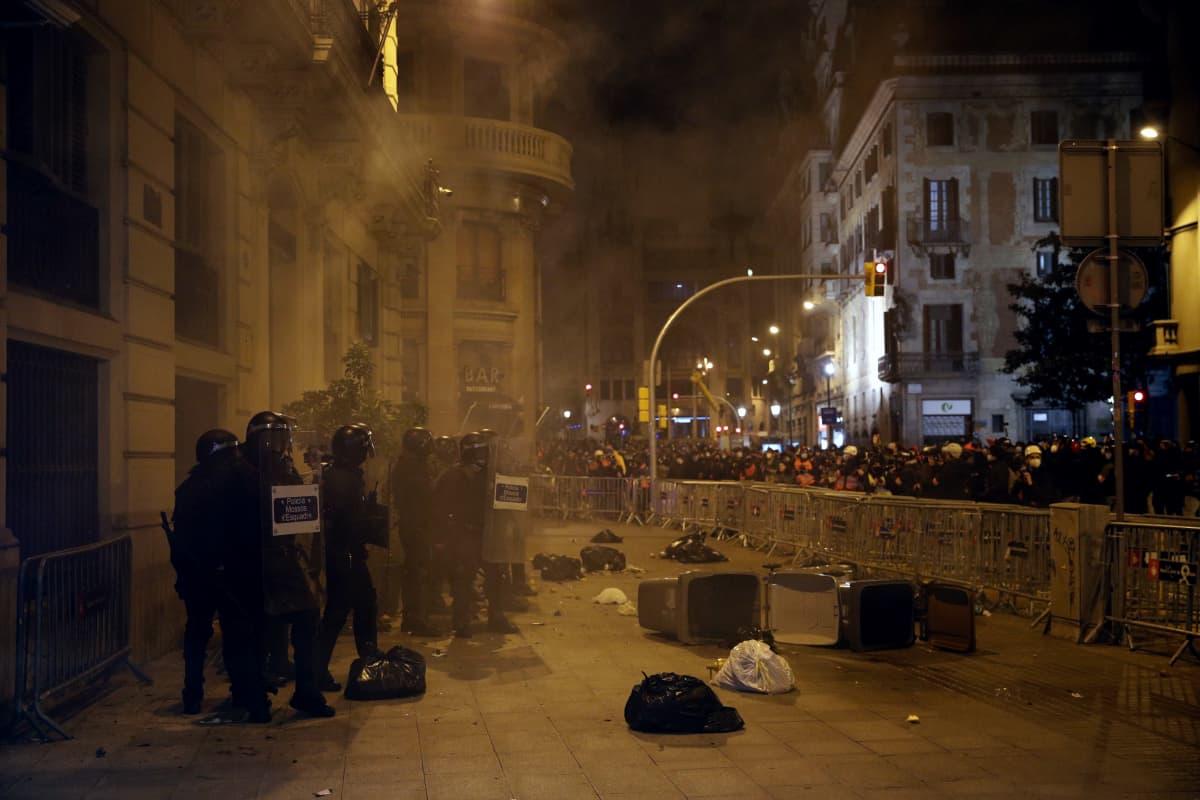 Mellakkapoliisi ja mielenosoittajat ottivat yhteen Barcelonassa järjestetyssä mielenosoituksessa sunnuntaina.