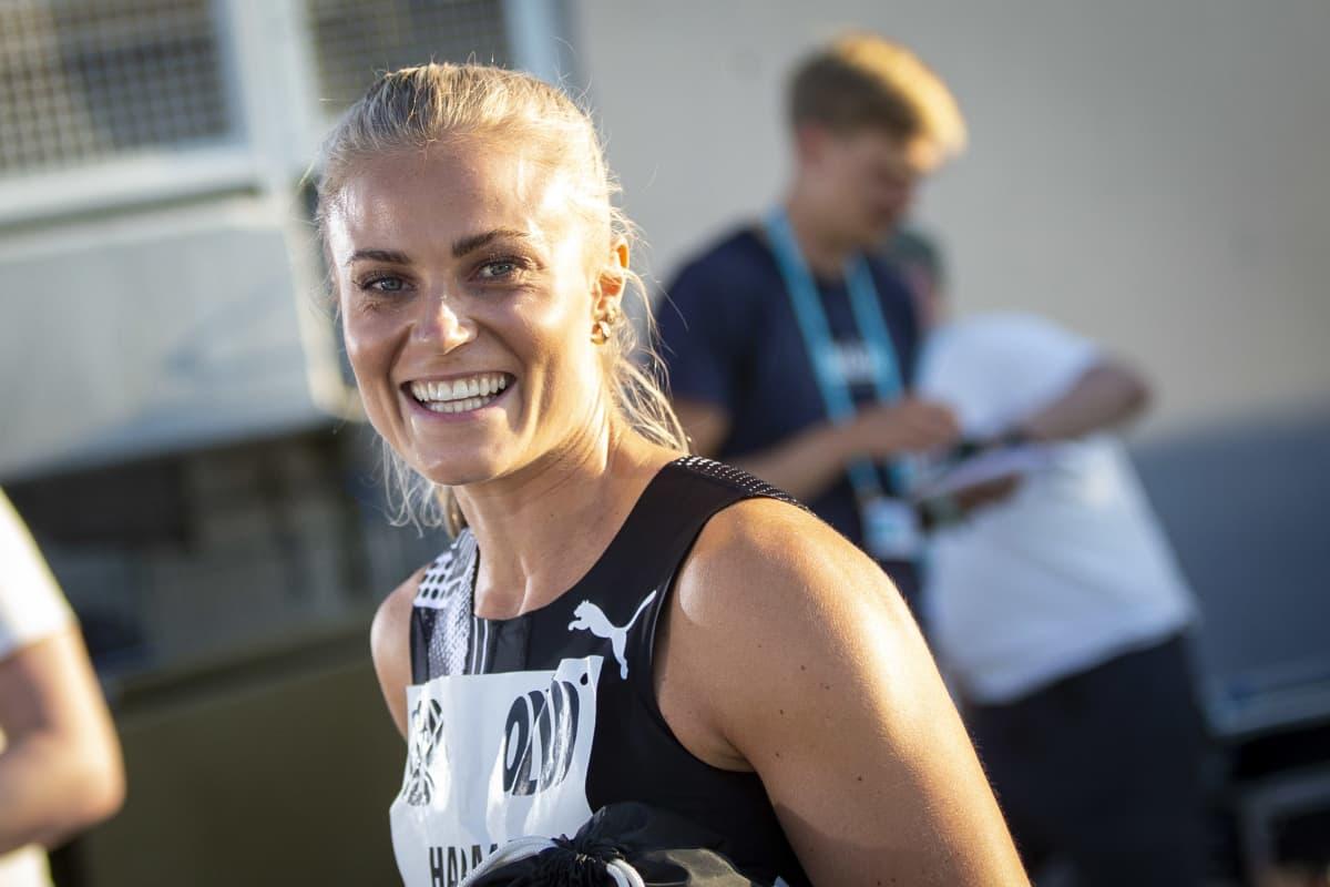Lotta Harala hymyilee kauden avauskisan jälkeen Espoossa.