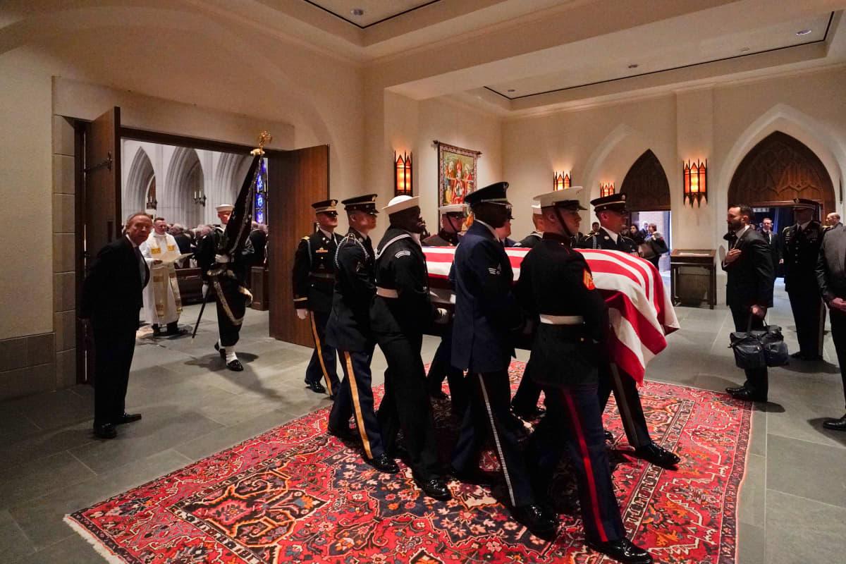 Sotilaat kantavat Yhdysvaltain lippuun käärityn arkun kirkkoon.