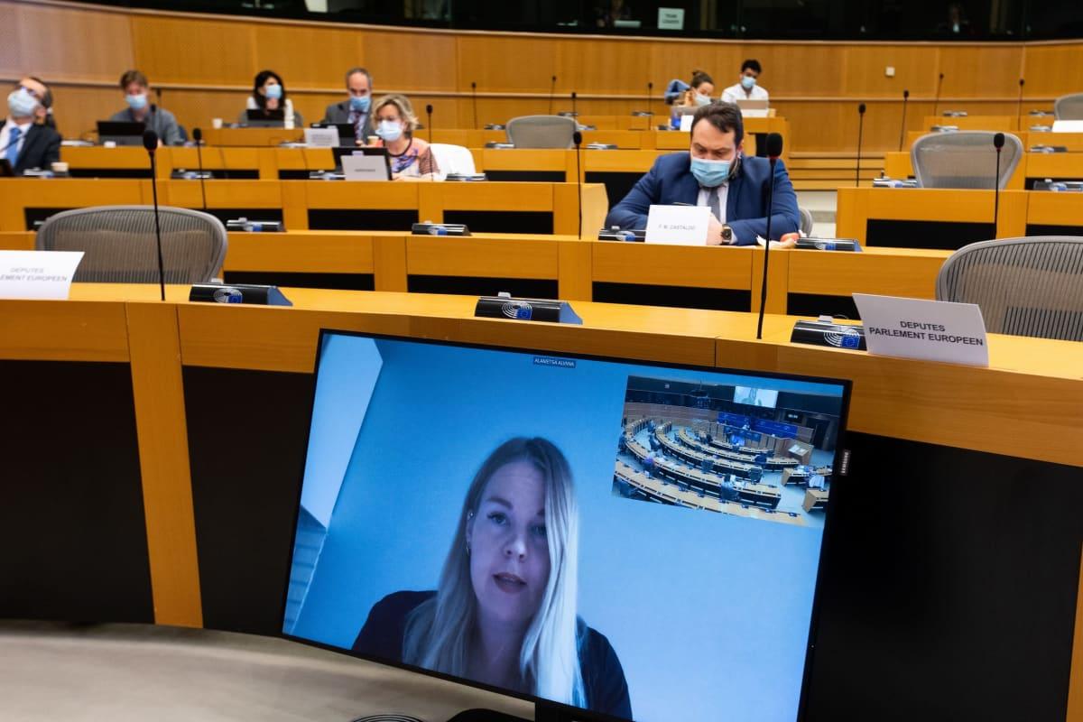 Alviina Alametsä puhumassa Europarlamentissa.