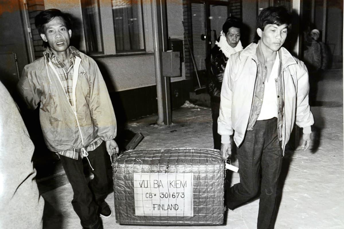 Vietnamilaisia pakolaisia Joensuun lentoaseman edessä 30.12.1988