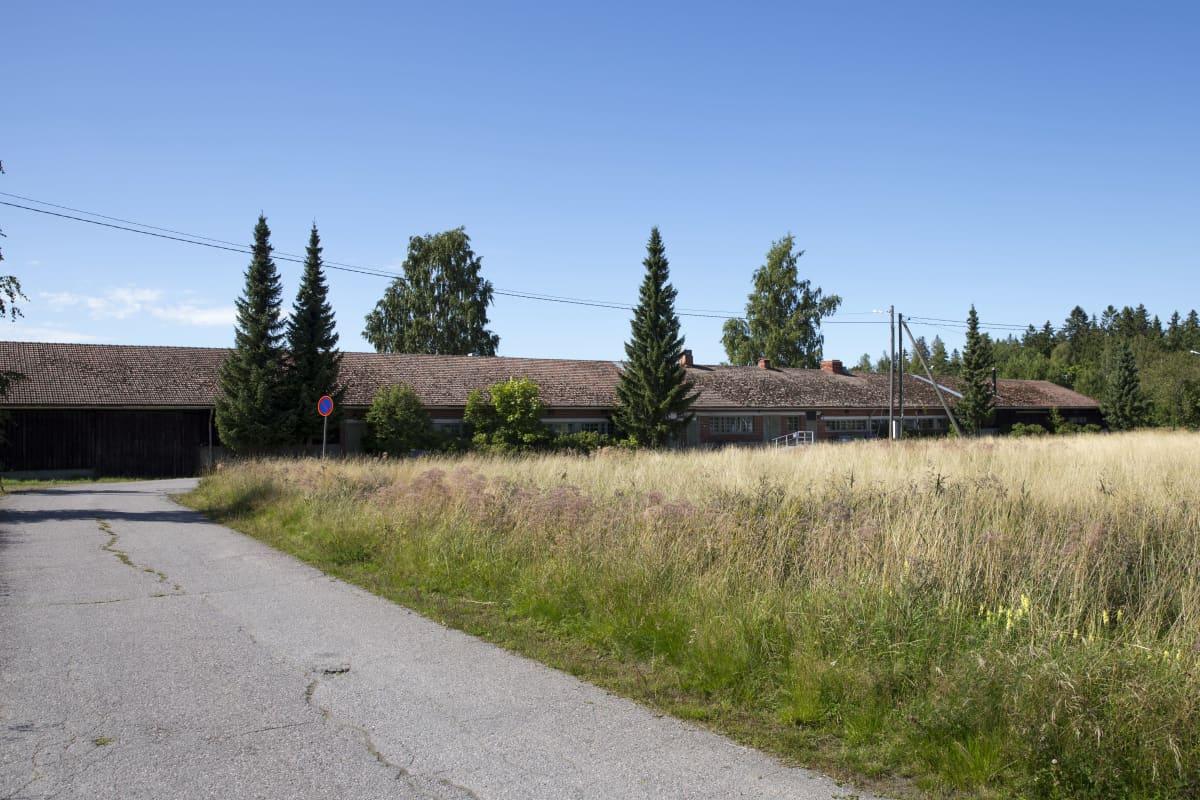 Sikalana tunnettu rakennus Nikkilän sairaalan alueella.