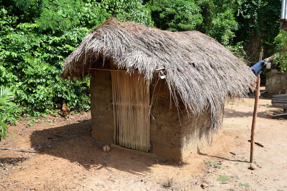savesta rakennettu kuoppakäymälä Ghanan maaseudulla