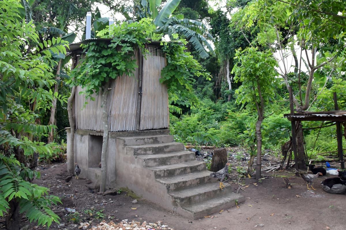 kuivakäymälä ghanalaisessa malaiskylässä
