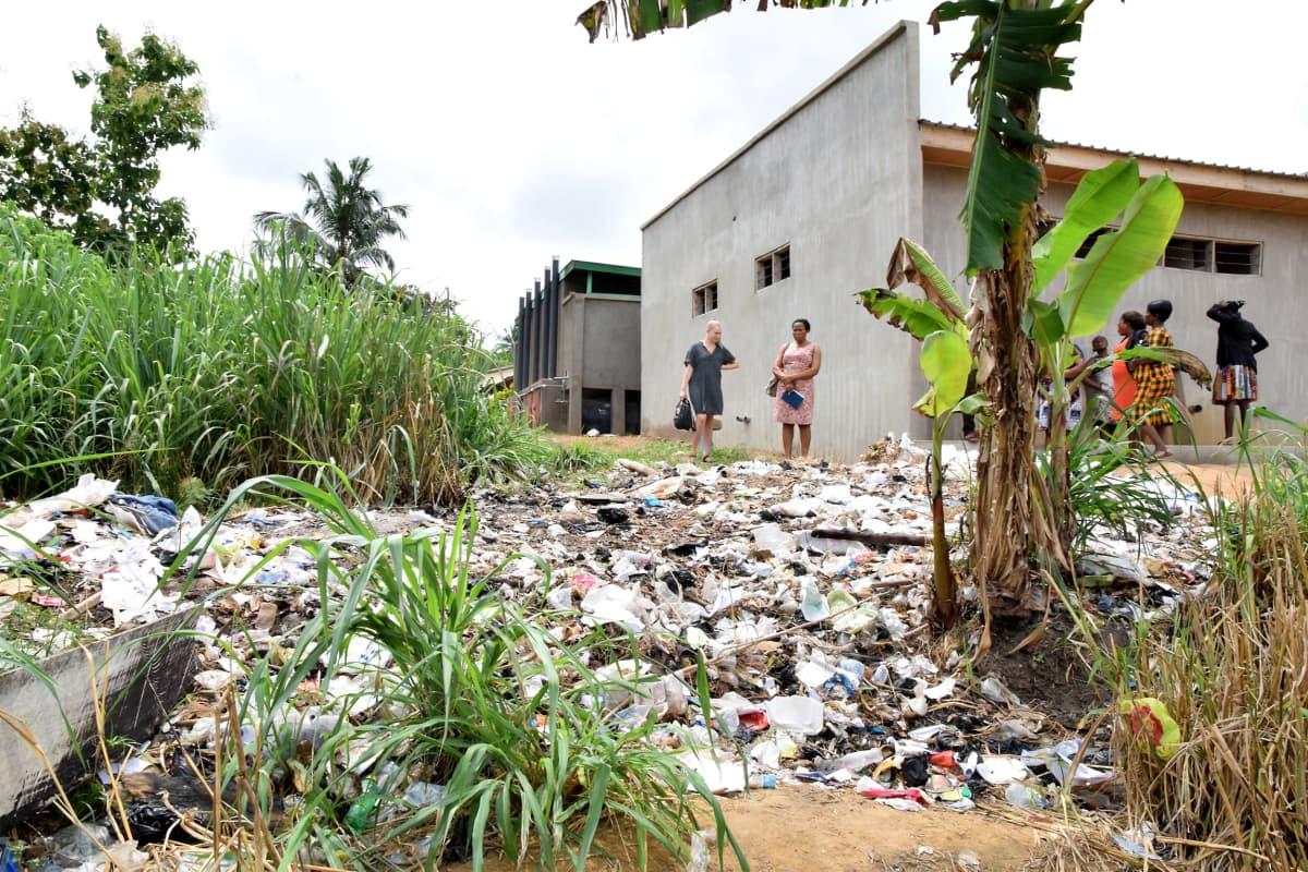Laiton kaatopaikka ghanalaisen koulun takapihalla