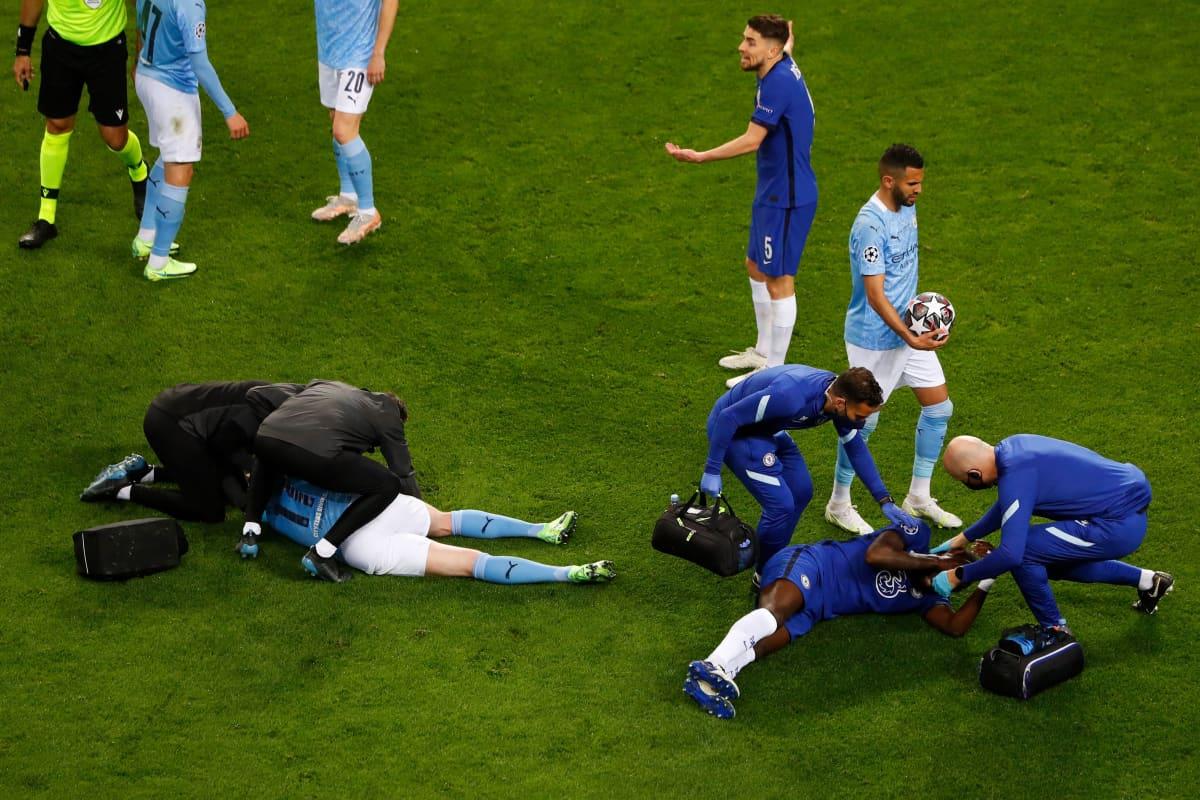 Kevin De Bruyne ja Antonio Rüdiger makaavat kentän pinnassa.