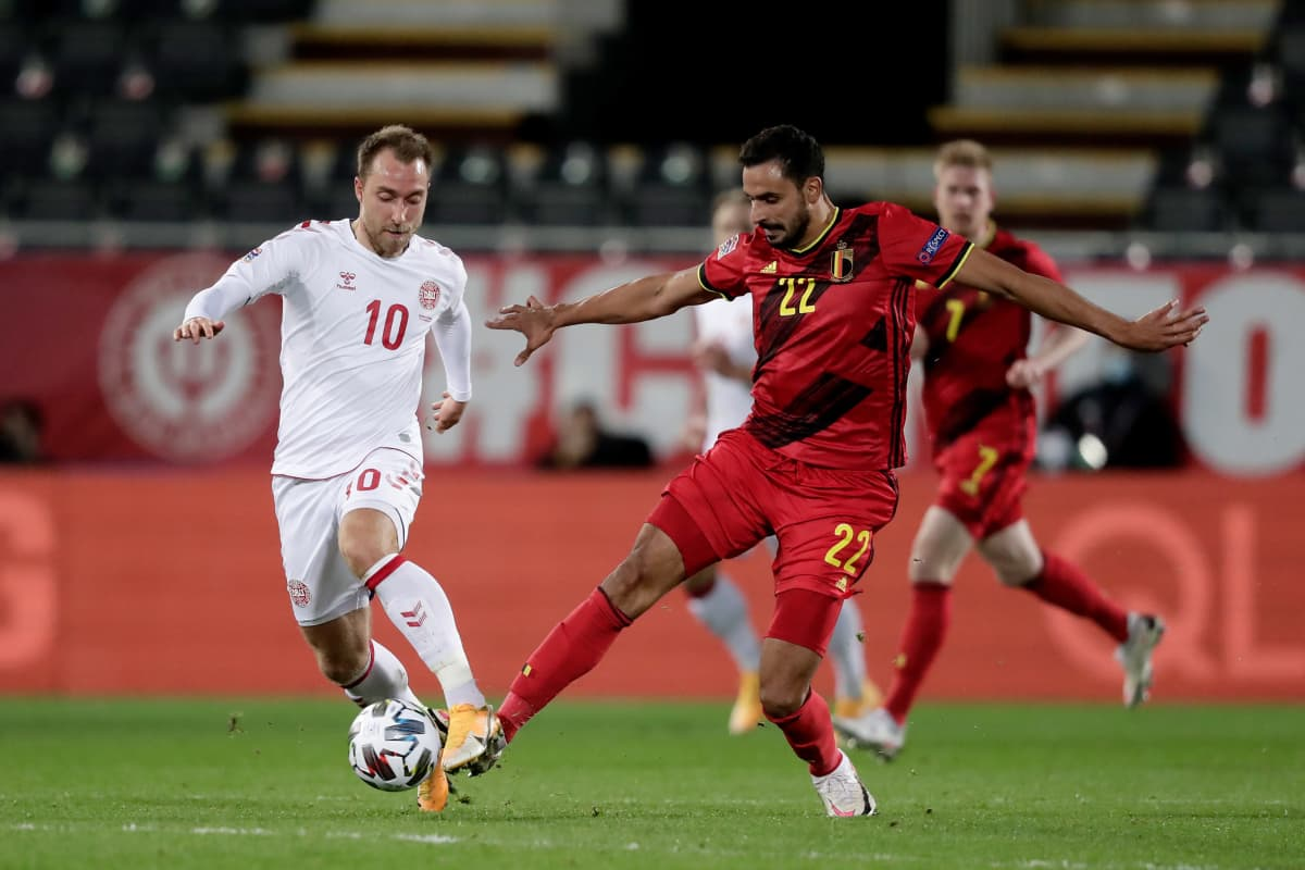 Christian Eriksen ja Nacer Chadli taistelevat pallosta Kansojen liigan ottelussa Belgiassa marraskuussa 2020.