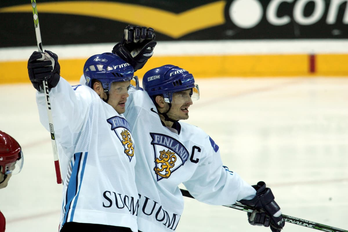 Finland's Olli Jokinen (L, assist) and Ville Peltonen (scorer) celebrate the 3-0 goal against Belarus during their IIHF Ice Hockey World Championships quarterfinal match between Finland and Belarus at the Arena Riga, Latvia, Thursday, 18 May 2006. Finland beat Belarus 3-0.