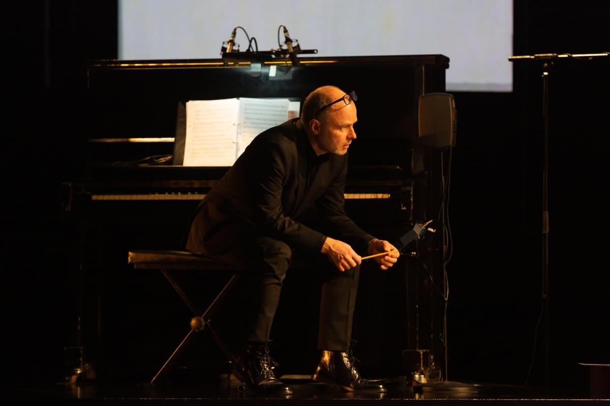 Säveltäjä Jussi Tuurna pianon ääressä.