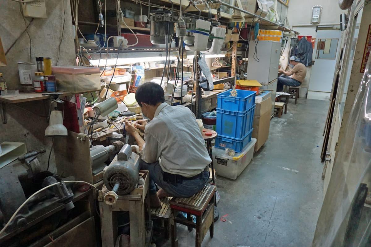 Daniel Chanin viimeisetkin norsunluunkaivertajat jäävät lähivuosina työttömäksi, sillä kaiverrusten kysyntä on romahtanut.