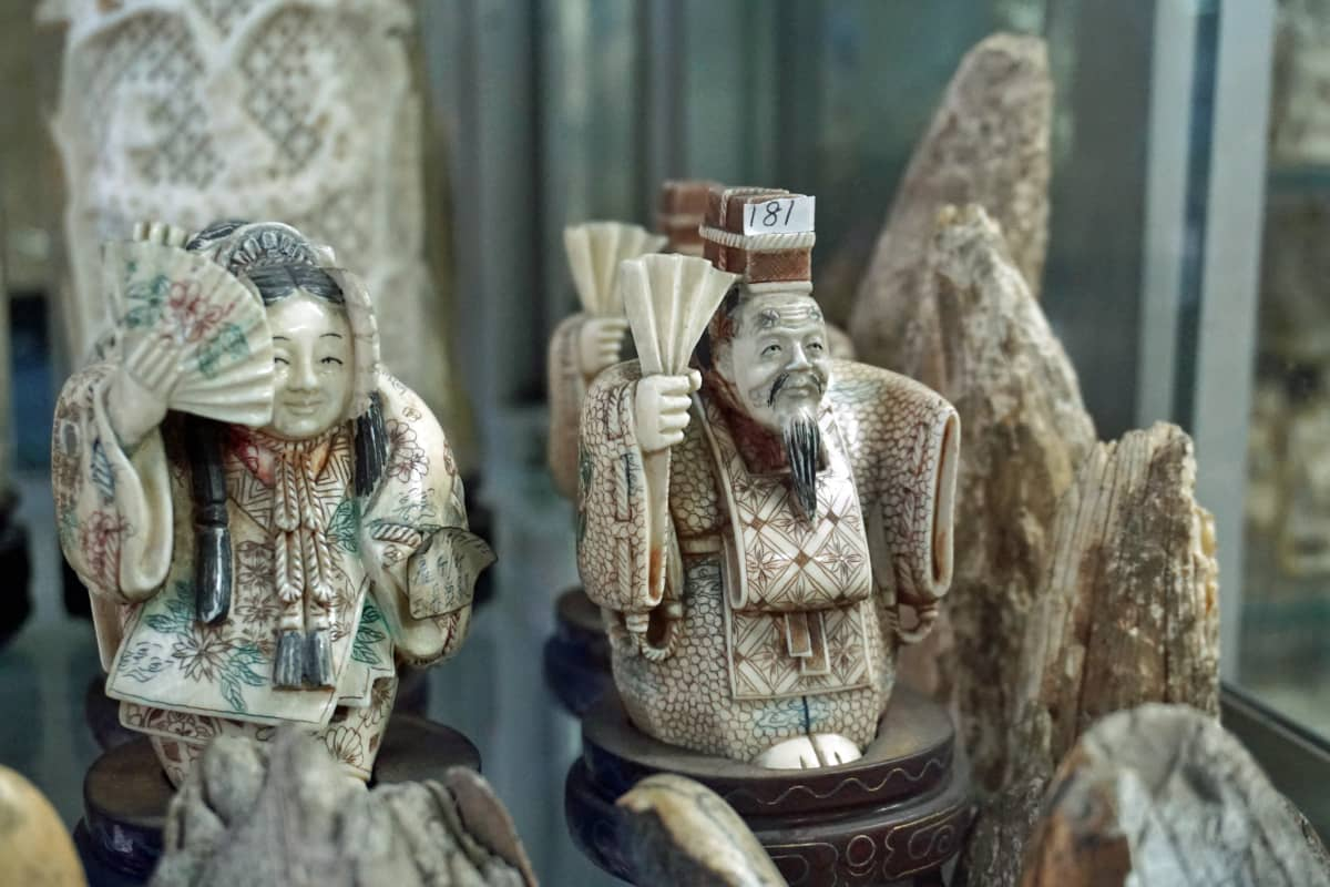 Hongkongissa on yli 70 liikettä, jotka myyvät norsun- ja mammutinluusta tehtyjä koriste-esineitä.
