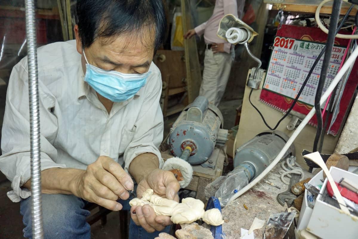Norsunluun kaiverrusta koriste-esineiksi on harjoitettu Kiinassa tuhansia vuosia.