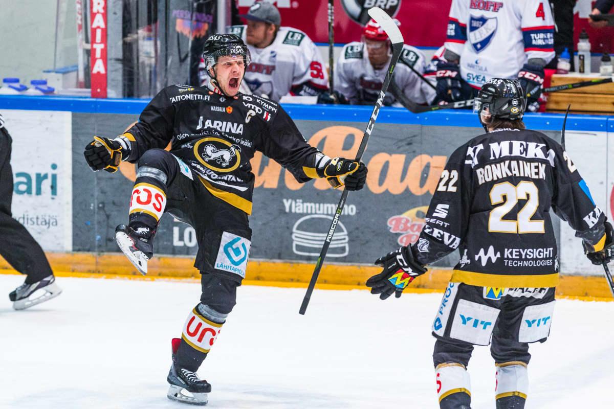 Lasse Kukkonen tuulettaa.