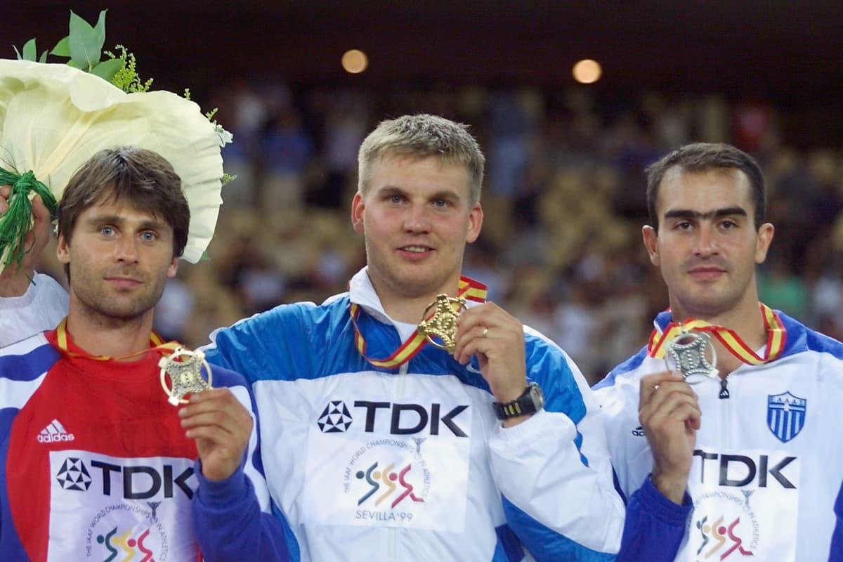 Jan Zelezny, Aki Parviainen ja Kostas Gatsioudis poseerasivat mitalikolmikkona Sevillan MM-kisoissa 1999. Jokainen kolmikosta joutui urallaan myös olkapääleikkaukseen: Zelezny vuonna 1997, Parviainen 2001 ja Gatsioudis 2002.