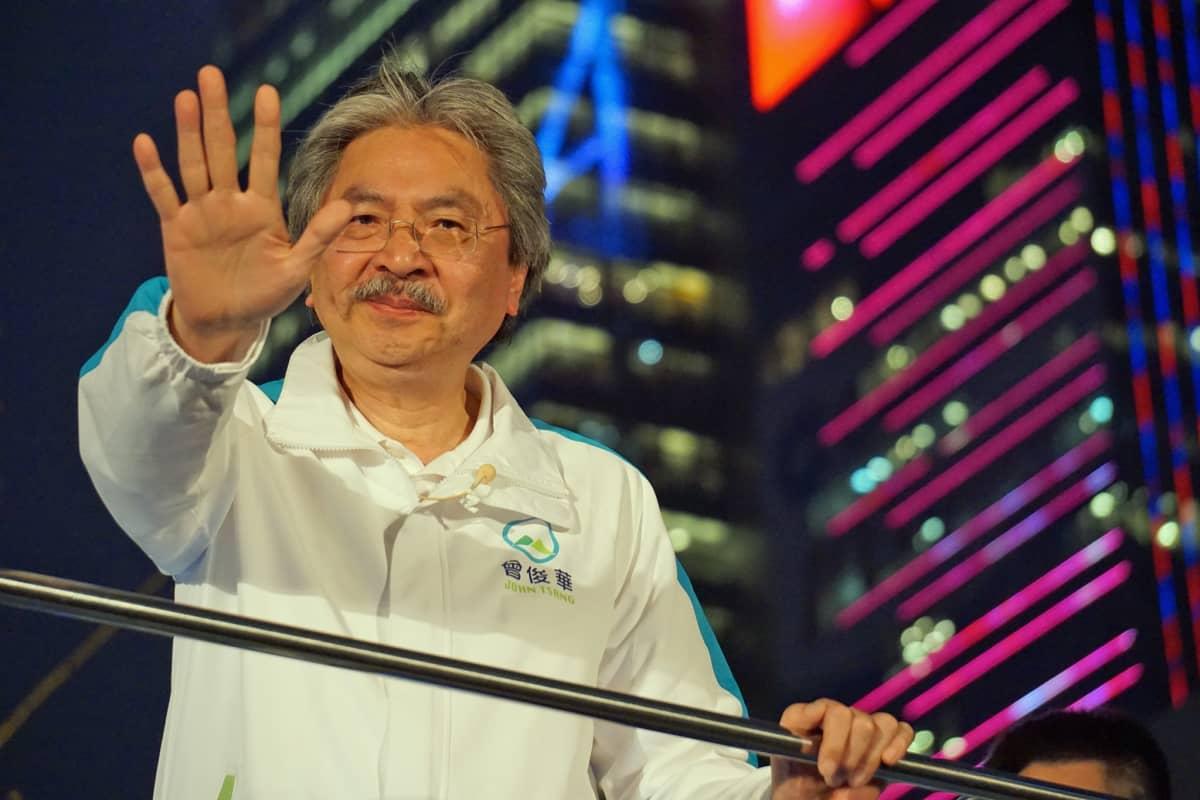 John Tsang vilkuttaa.