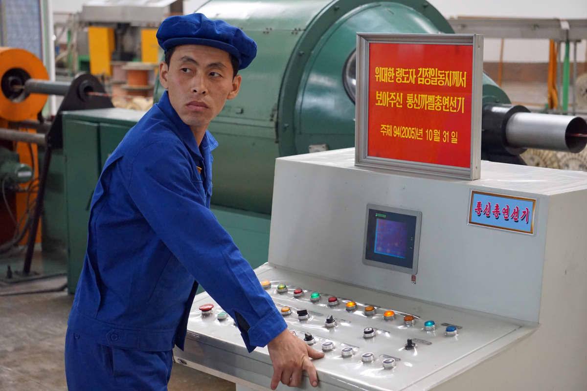 Kaapelitehtaan työntekijät ovat 35 euron kuukausipalkallaan Pjongjangin parhaiten palkattuja duunareita.