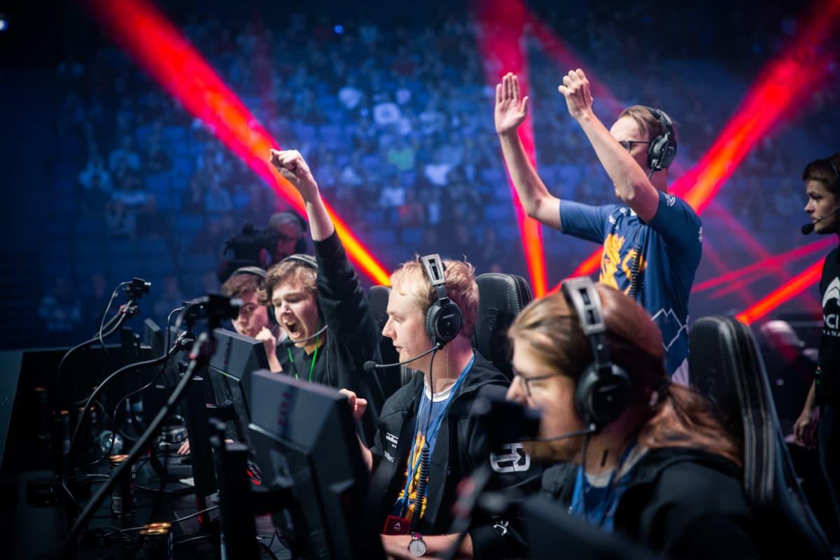 SJ Gaming juhlii kierroksen voittoa Arctic Invitational -tapahtumassa.