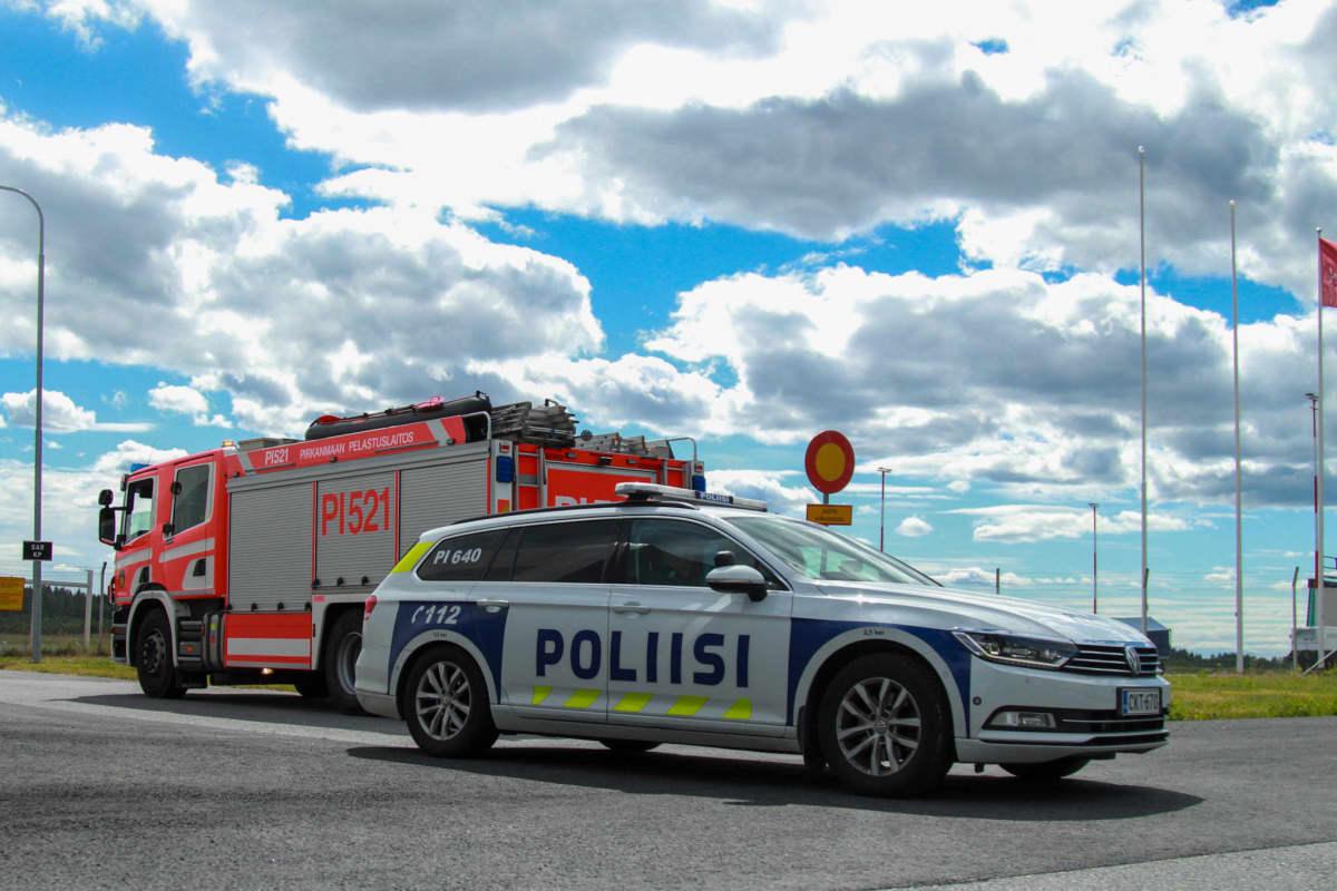 Lentokentälle saapui lukuisia poliisin ja pelastuslaitoksen ajoneuvoja torstaina.