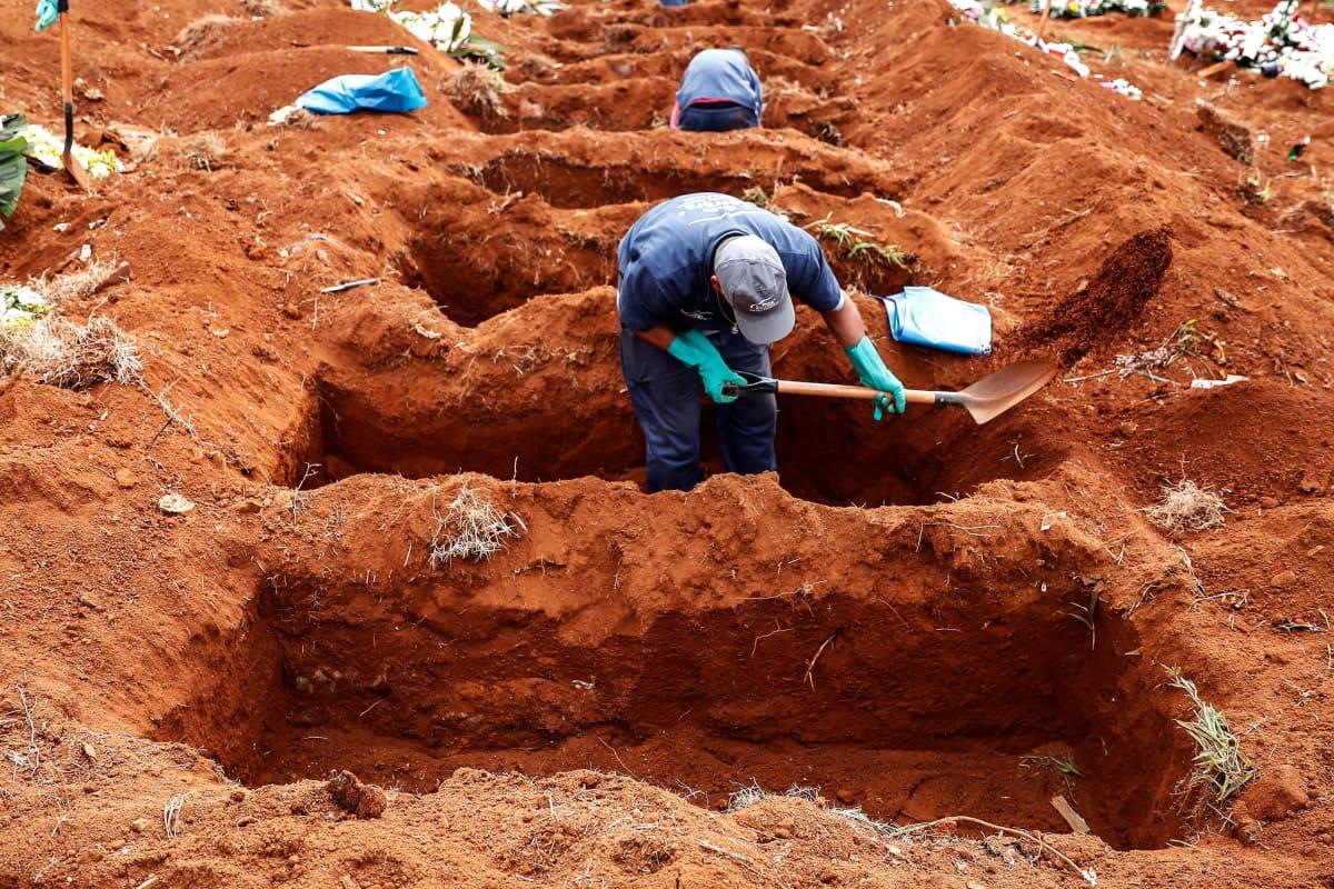 Haudankaivaja Vila Formosan hautausmaalla kaivoi auki vanhoja hautoja tehdäkseen tilaa uusille koronan vuoksi 15. kesäkuuta 2020. Vila Formosa on Latinalaisen Amerikan suurin hautausmaa ja sijaitsee São Paulossa Brasiliassa.