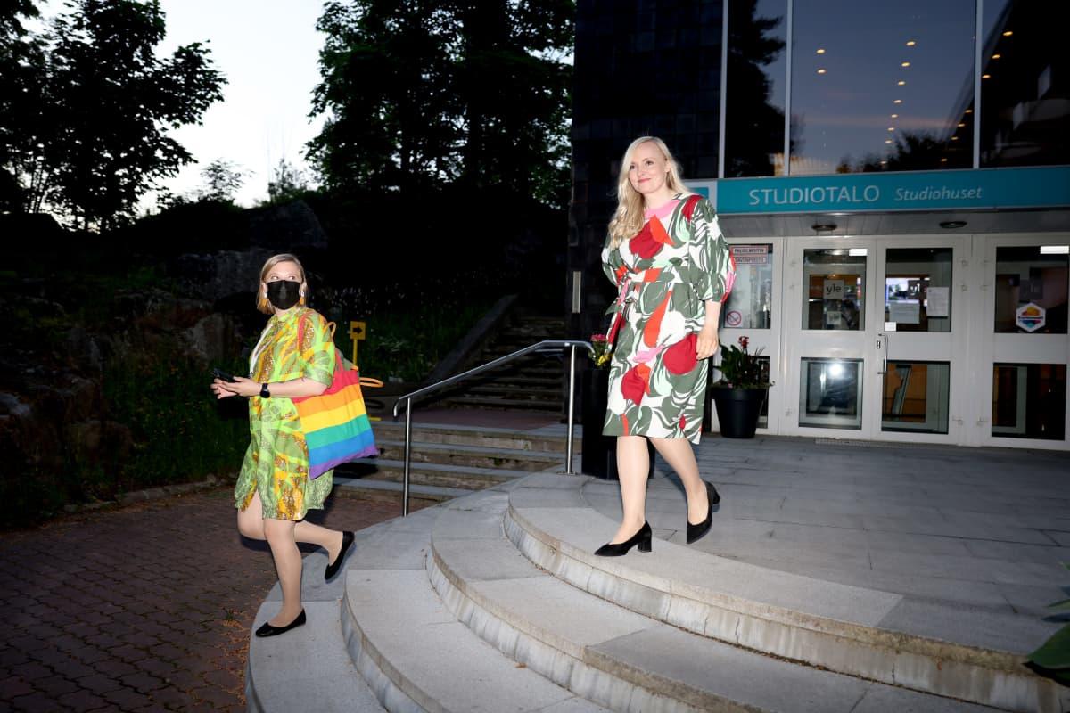 Maria Ohisalo poistuu Ylen Studiotalolta Pasilassa.