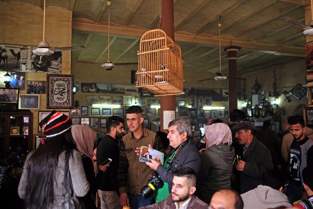 Mutanabbin kadulla sijaitseva Shabandarin kahvila on sukupolvien ajan ollut Bagdadin kulttuuriväen keskuksia. Vuonna 2007 kahvilassa räjähtänyt autopommi surmasi 30 ja vahingoitti 100 ihmistä.