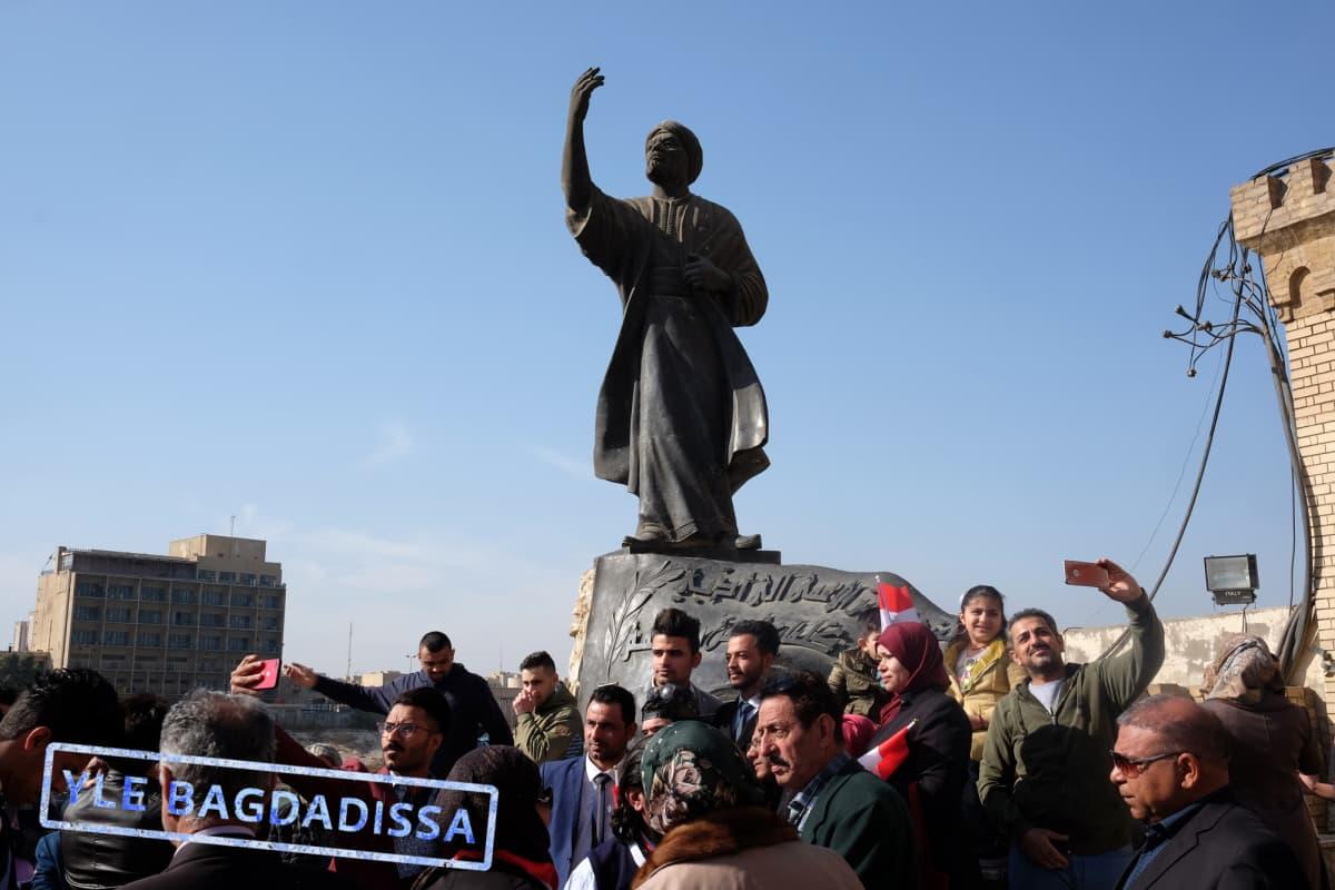 Runoilija al-Mutananabbin patsas Bagdadin Mutanabbin kadun päässä.