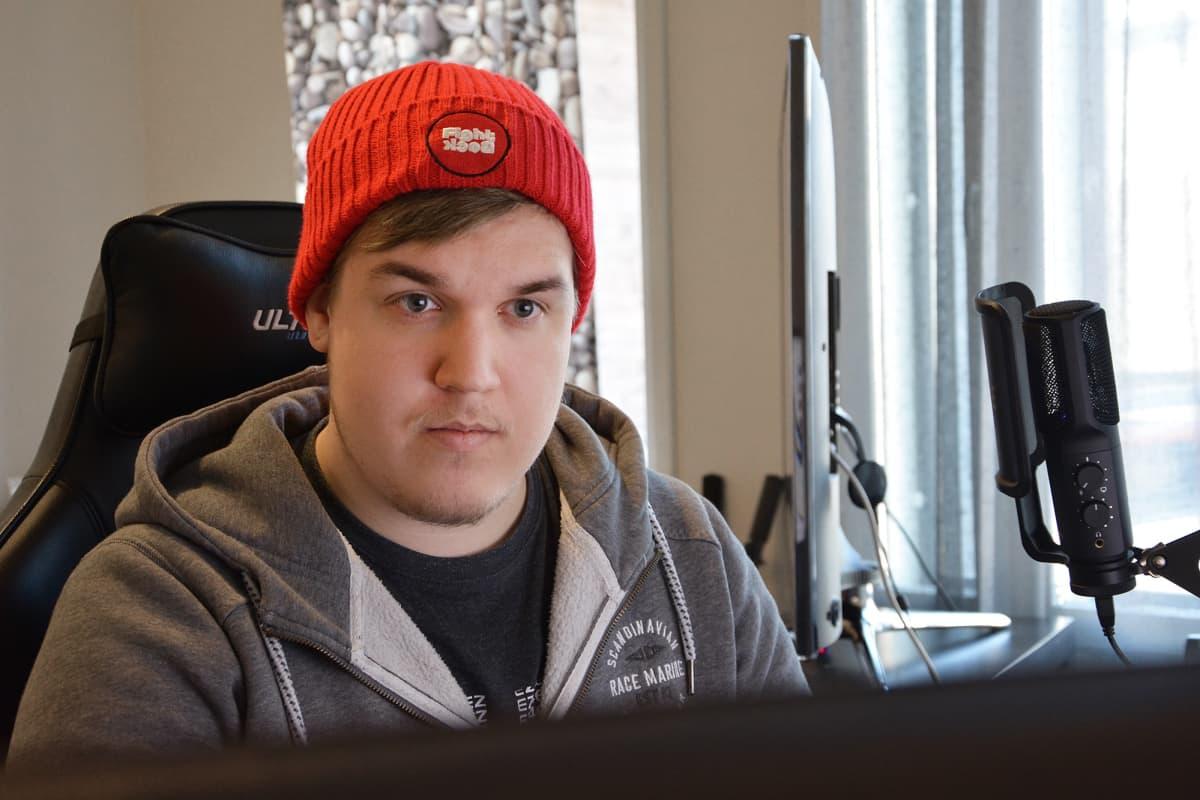 Ville Saastamoinen tietokoneen edessä.