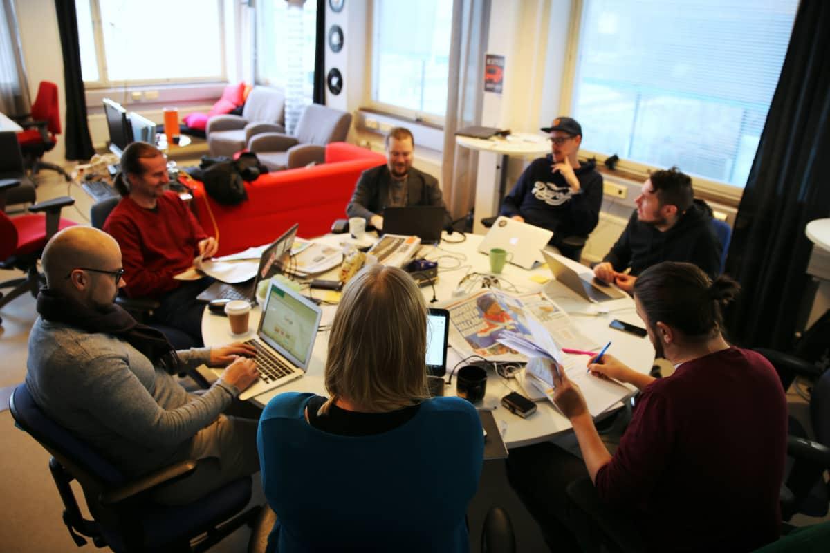 Noin viikon studion tekijätiimiin kuuluu useita käsikirjoittajia. Etualalla ohjelman juontajat Eeva Vekki ja Anders Helenius.