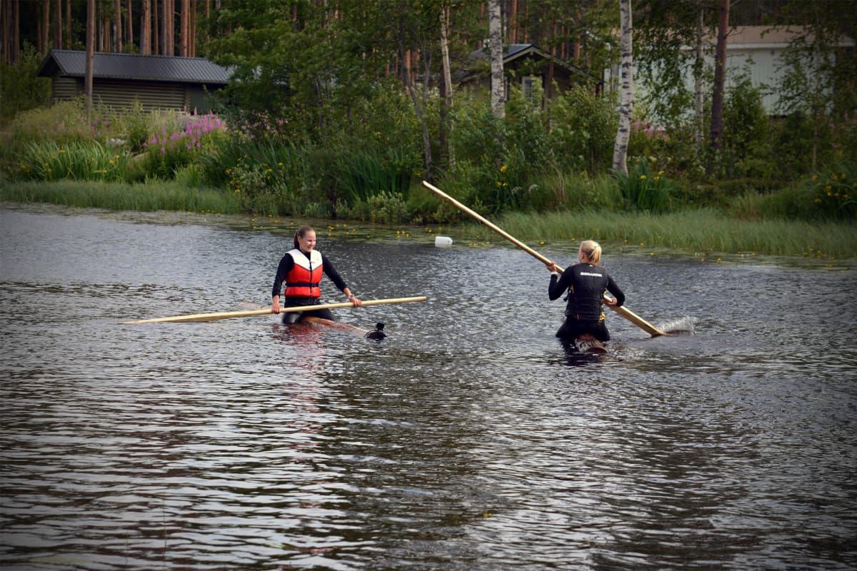 Evijärveläiset Iida Mäntylä ja Milla Sulkakoski treenaamassa SM-kisoja varten Ähtävänjoella.