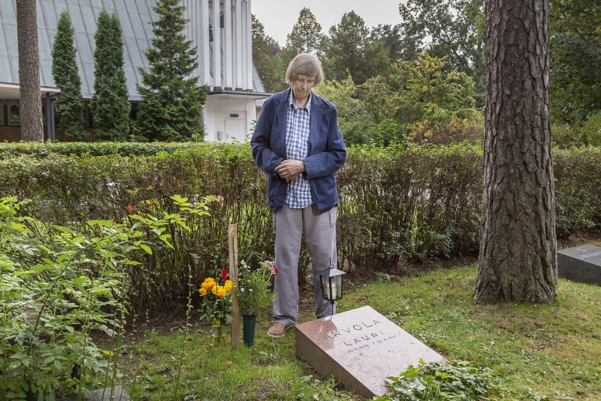 mies poikansa haudalla