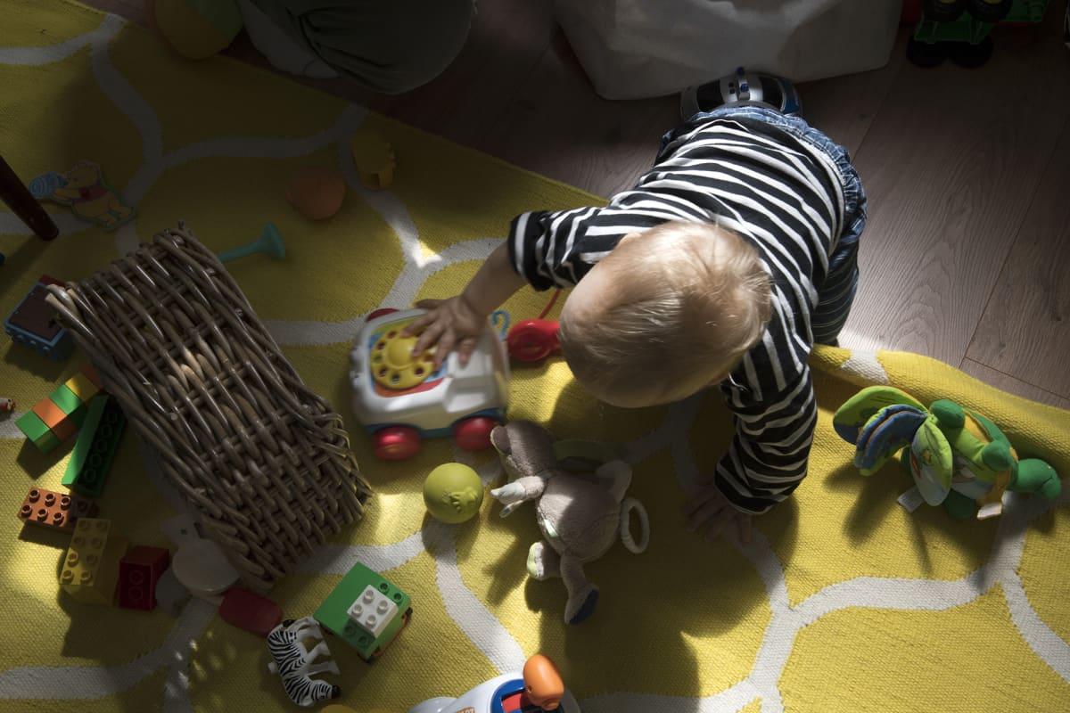 Lapsi leikkii.